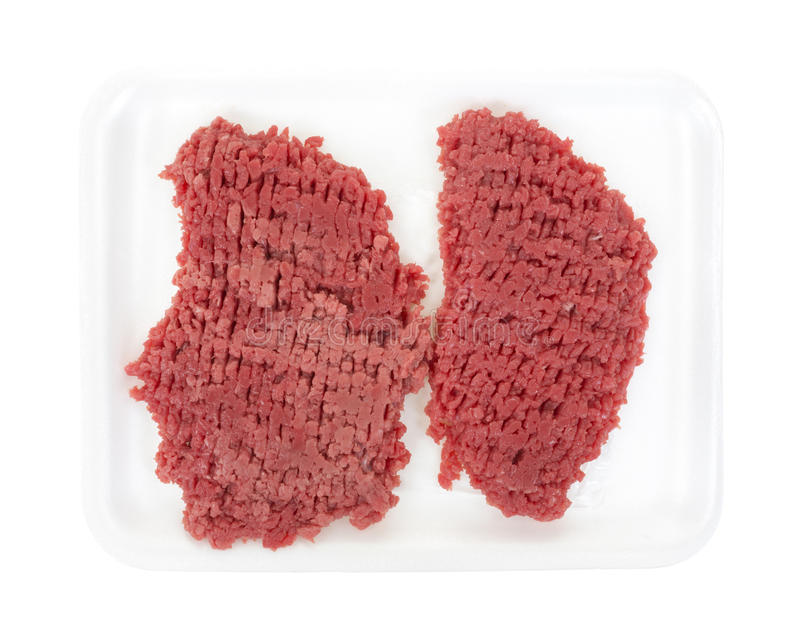 Rundvlees gekubeerd lapje vlees op wit schuimdienblad stock afbeeldingen