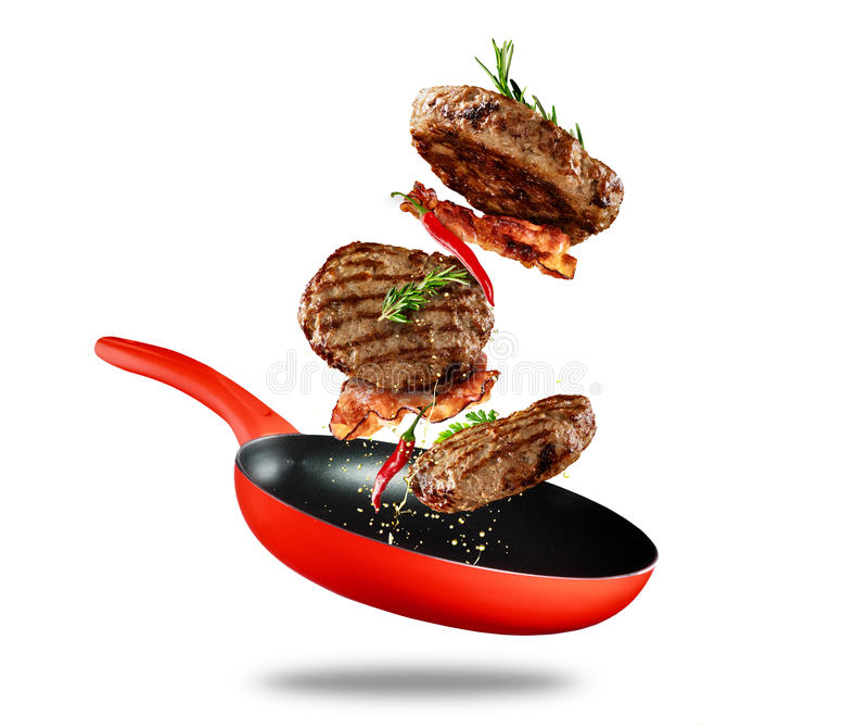 Rundvlees gemalen vlees die van een pan op witte achtergrond vliegen stock fotografie