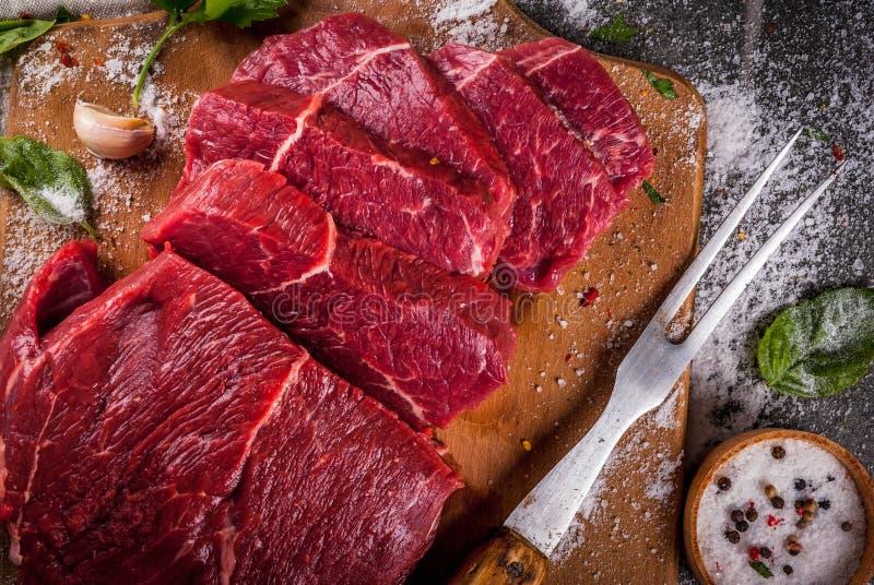 Rundvlees, kalfsvlees Vers ruw haasbiefstuk stock foto