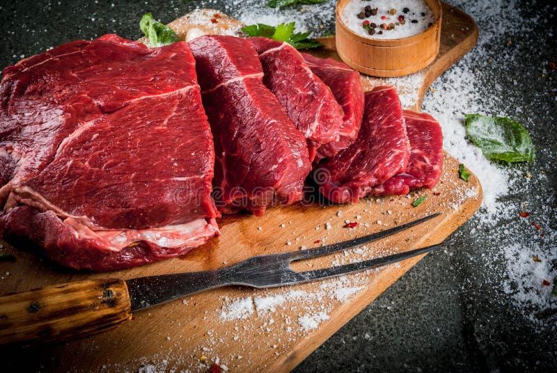 Rundvlees, kalfsvlees Vers ruw haasbiefstuk royalty-vrije stock foto's