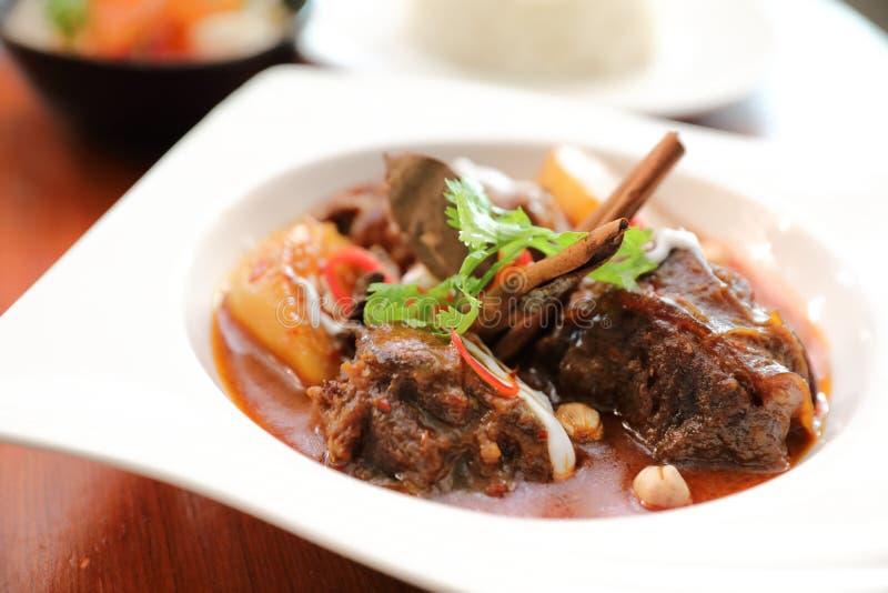 Rundvlees massaman kerrie met rijst en salade, Thais voedsel stock afbeelding
