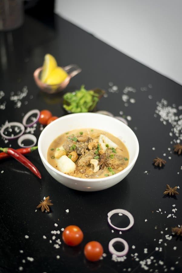 Rundvlees massaman kerrie, Thaise keuken royalty-vrije stock afbeeldingen