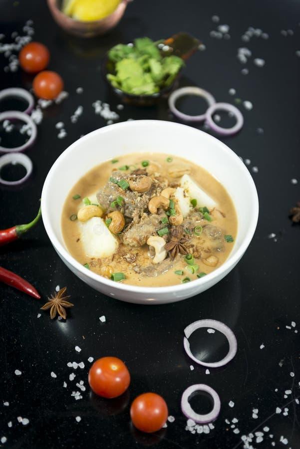 Rundvlees massaman kerrie, Thaise keuken royalty-vrije stock foto's