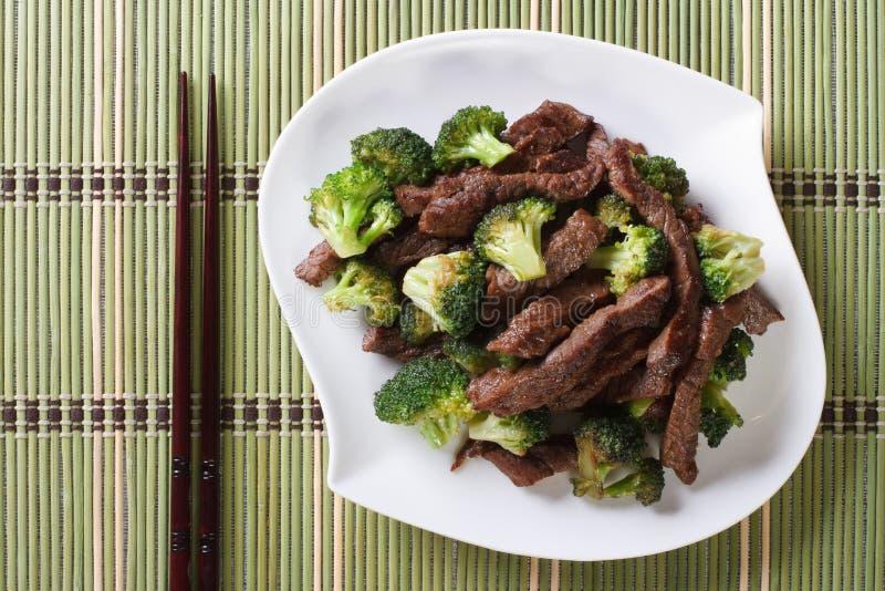 Rundvlees met broccoli en eetstokjes horizontale mening van hierboven stock foto's