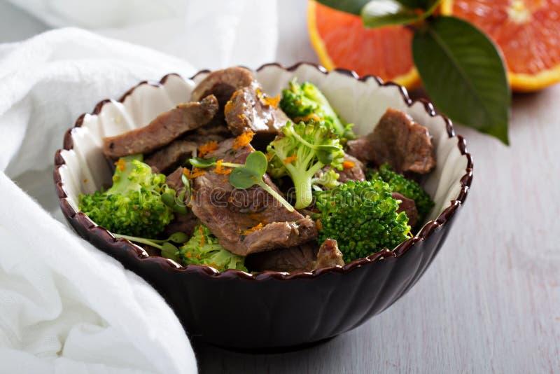 Rundvlees met broccoli wordt gestoofd die stock afbeelding