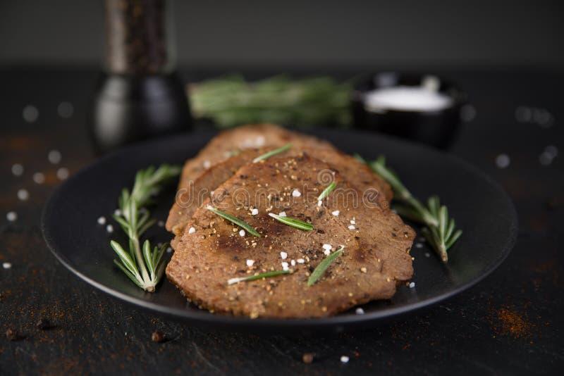 Rundvlees minieme lapjes vlees met rozemarijn stock foto