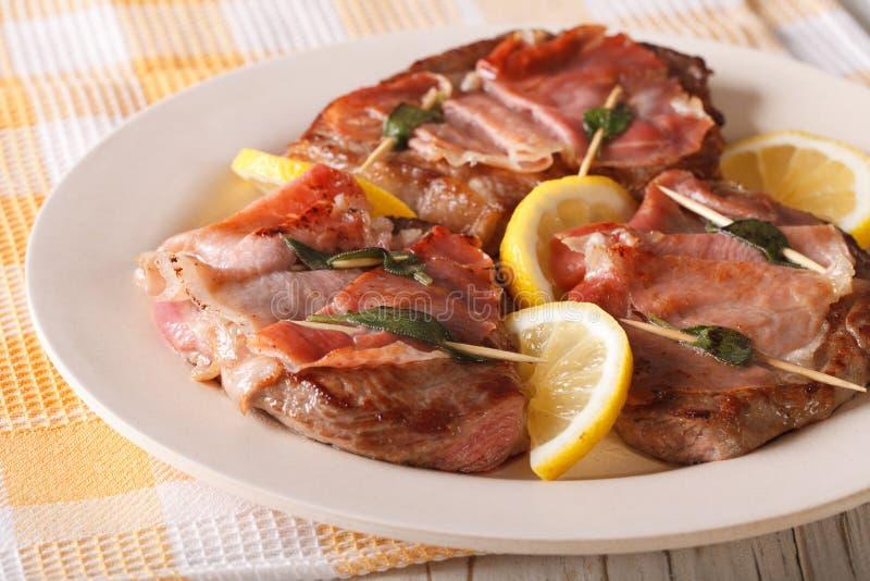 Rundvlees Saltimbocca met salie en hamclose-up horizontaal royalty-vrije stock afbeeldingen
