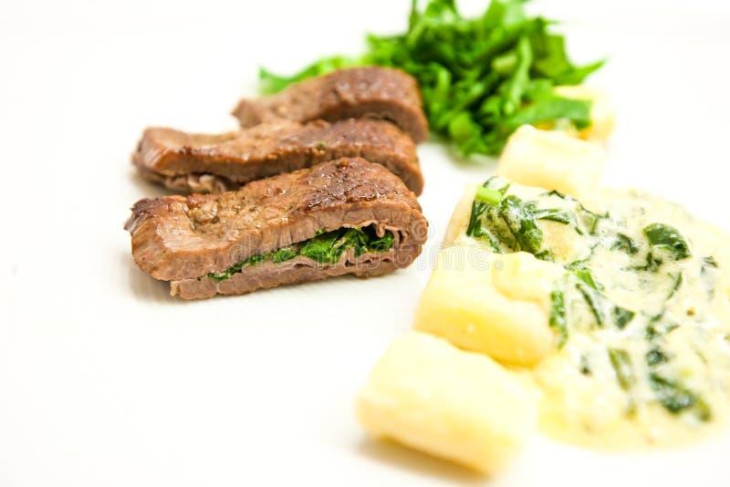 Rundvlees Saltimbocca met salie en hamclose-up op een plaat royalty-vrije stock afbeeldingen