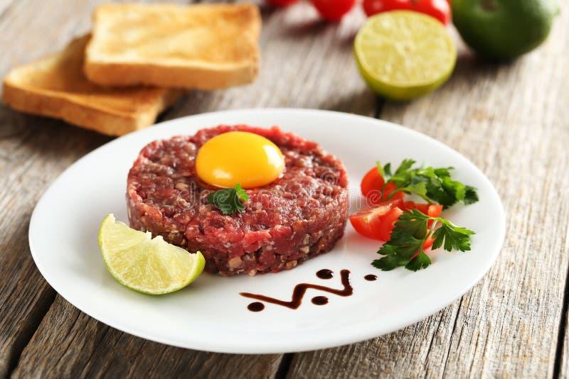 Rundvlees tartare met eierdooier stock foto