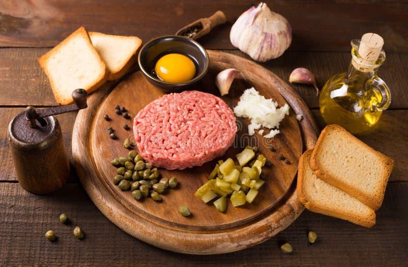 Rundvlees tartare op houten lijst stock afbeeldingen