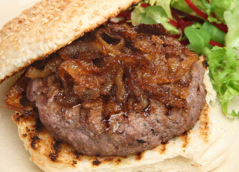 Rundvleeshamburger met Gekarameliseerde Uien royalty-vrije stock foto