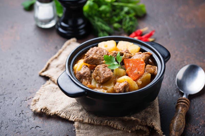 Rundvleeshutspot met aardappel en wortel stock afbeelding