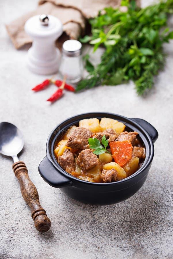 Rundvleeshutspot met aardappel en wortel royalty-vrije stock afbeeldingen