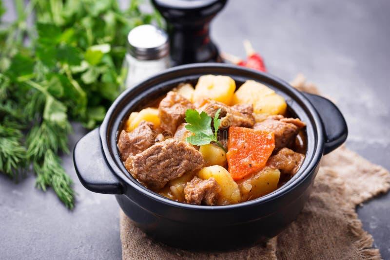 Rundvleeshutspot met aardappel en wortel royalty-vrije stock foto's