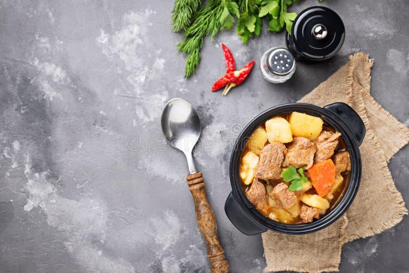 Rundvleeshutspot met aardappel en wortel royalty-vrije stock afbeelding