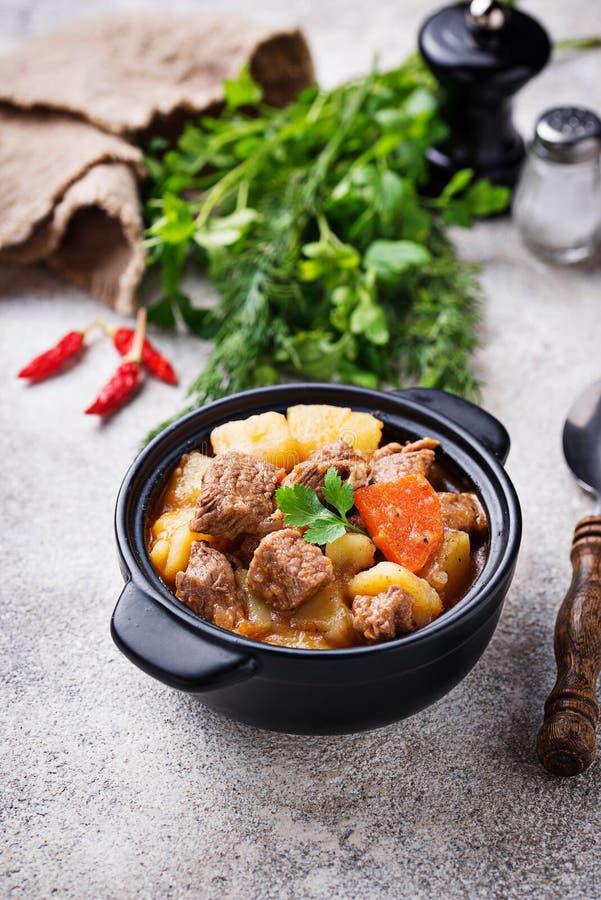 Rundvleeshutspot met aardappel en wortel stock fotografie