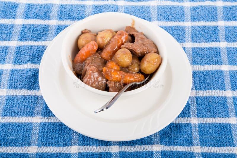 Rundvleeshutspot in Witte Kom op Blauwe Handdoek stock foto's