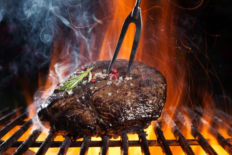 Rundvleeslapje vlees bij de grill royalty-vrije stock afbeeldingen