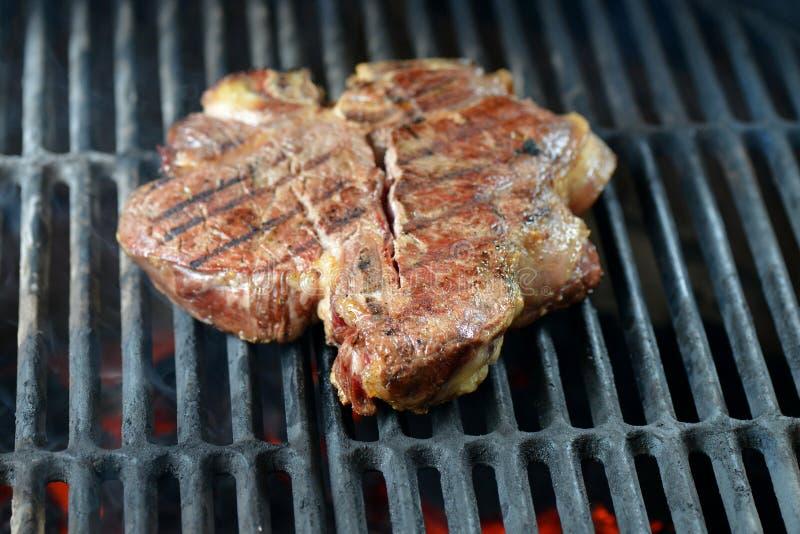 Rundvleeslapje vlees dat op bbq, Florentijnse rib wordt geroosterd stock foto