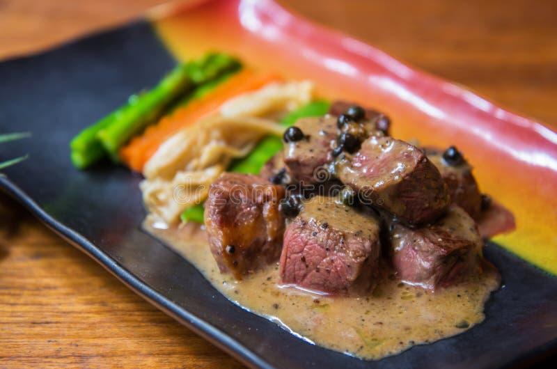Rundvleeslapje vlees met pepersaus stock foto