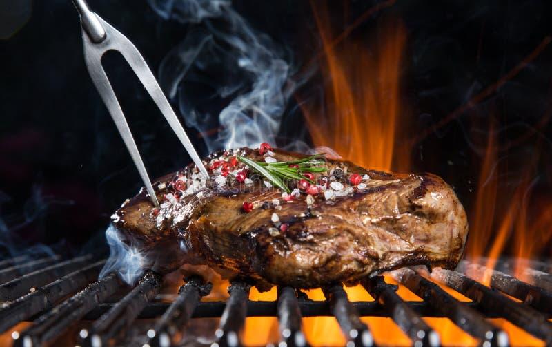 Rundvleeslapje vlees op de grill royalty-vrije stock afbeelding