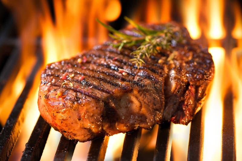 Rundvleeslapje vlees op de grill stock fotografie