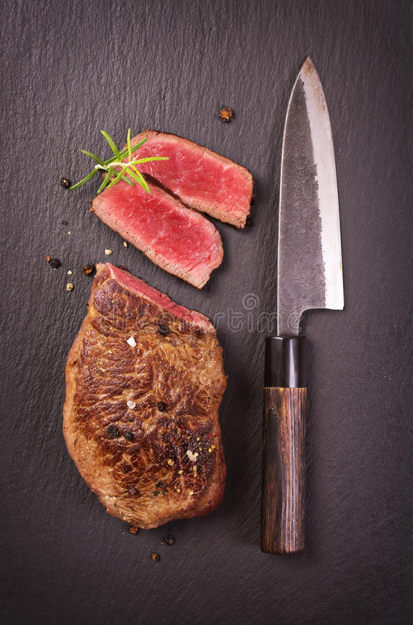 Rundvleeslapje vlees op zwarte Lei stock fotografie