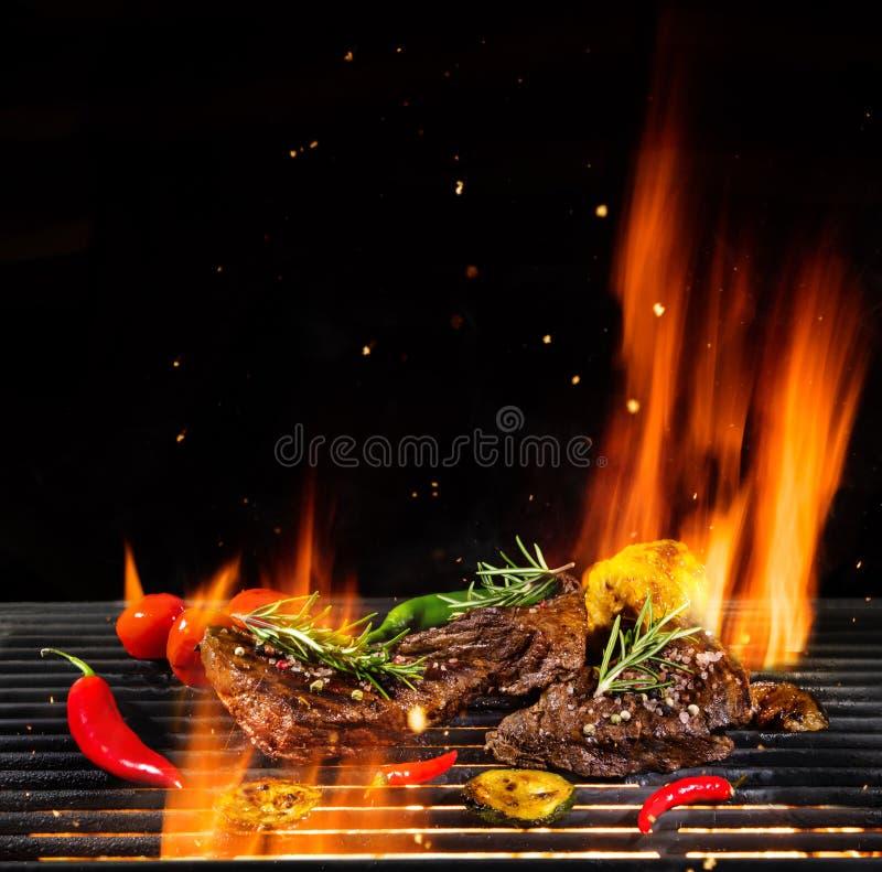 Rundvleeslapjes vlees die, geïsoleerd op zwarte worden geroosterd royalty-vrije stock foto's
