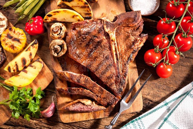 Rundvleeslapjes vlees met geroosterde groenten royalty-vrije stock fotografie