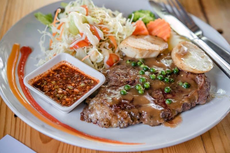 Rundvleeslapjes vlees met geroosterde groenten stock foto's