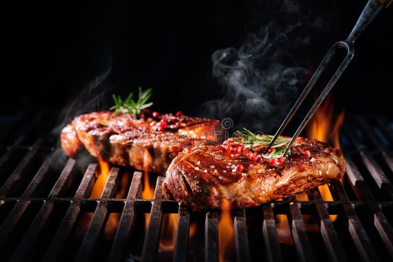 Rundvleeslapjes vlees op de grill stock afbeelding