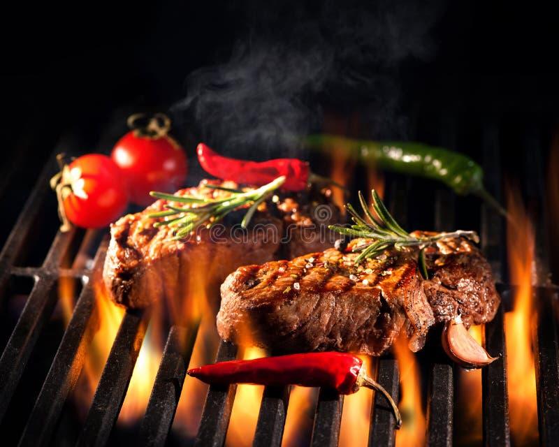 Rundvleeslapjes vlees op de grill stock foto's