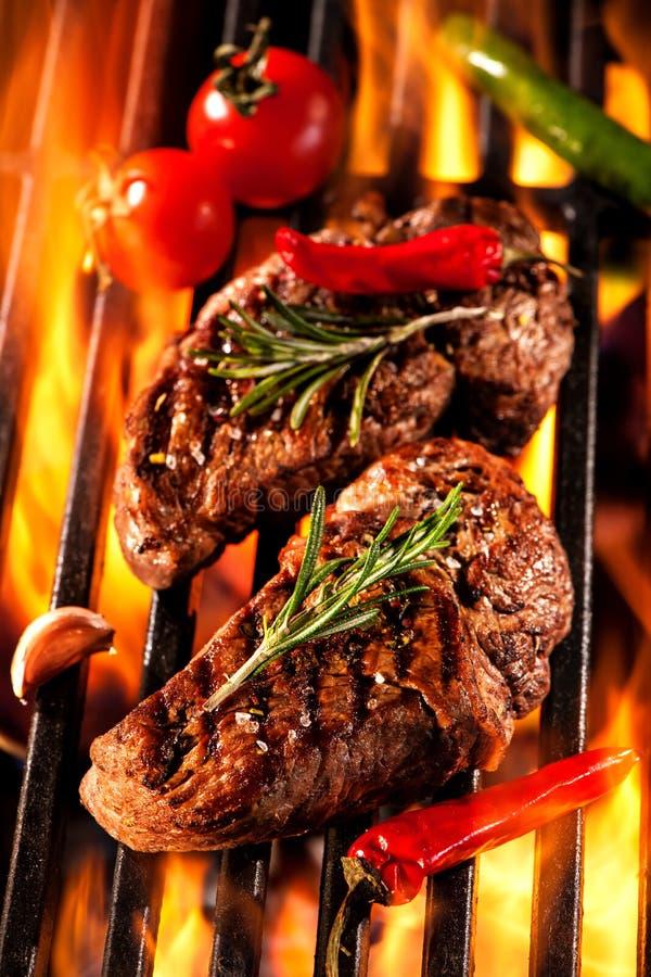 Rundvleeslapjes vlees op de grill royalty-vrije stock afbeelding