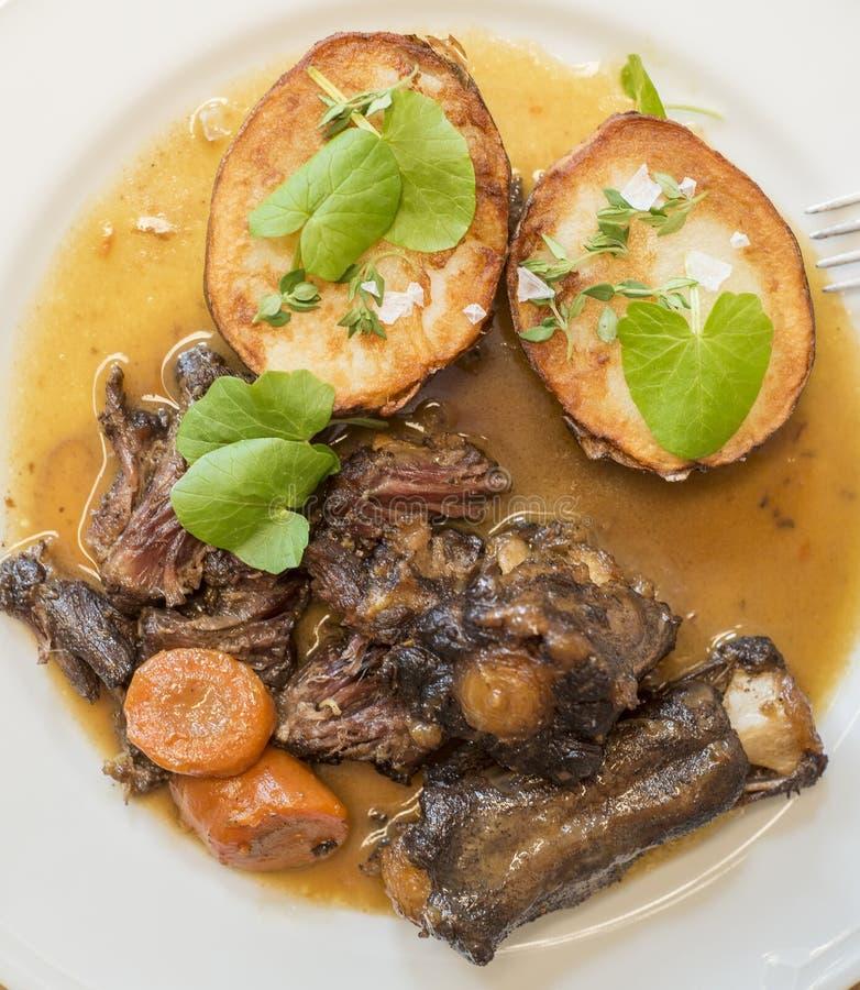 Rundvleesribben met geroosterde nieuwe aardappels royalty-vrije stock fotografie