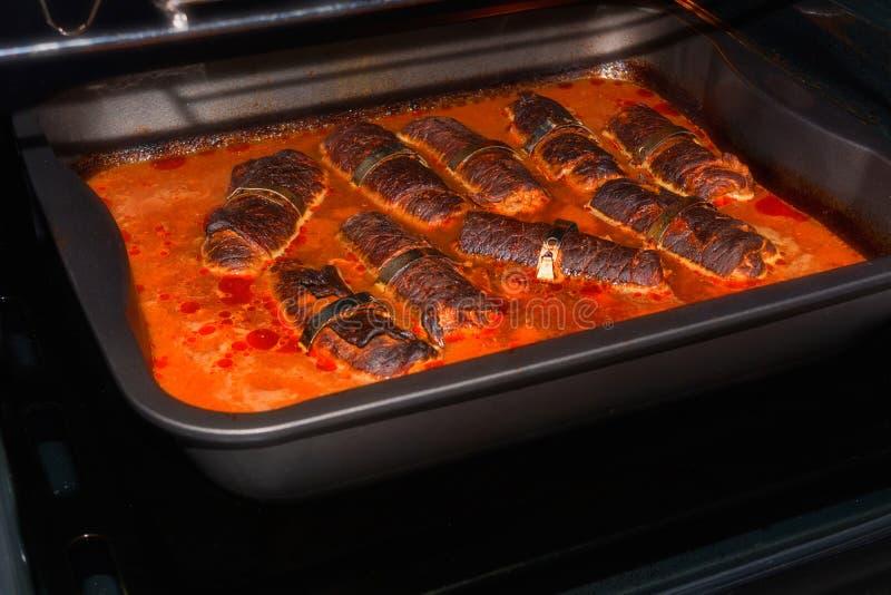 Rundvleesrollade in de oven royalty-vrije stock afbeelding