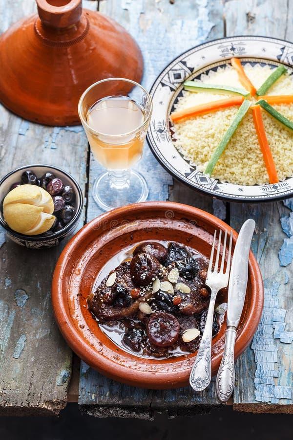 Rundvleestajine met olijven, kouskous en gezouten citroenen Morrocanschotels stock foto's