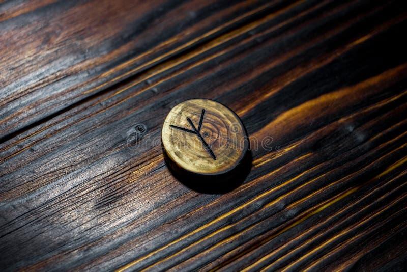 Rune Algiz Elhaz schnitzte vom Holz auf einem hölzernen Hintergrund lizenzfreie stockfotografie