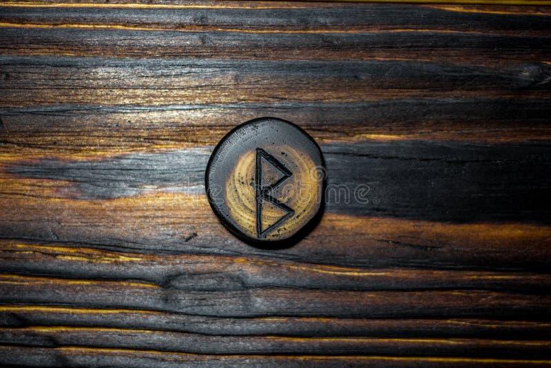 Rune Berkanan Bjarkan schnitzte vom Holz auf einem hölzernen Hintergrund lizenzfreie stockfotografie