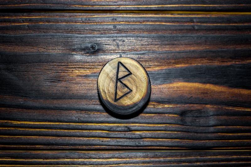 Rune Berkanan Bjarkan van hout op een houten achtergrond wordt gesneden die stock fotografie