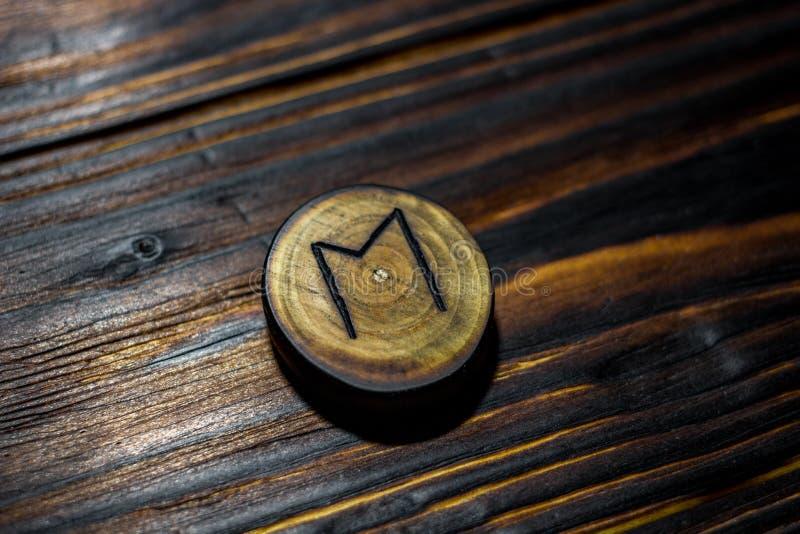 Rune Ehwaz dat van hout op een houten achtergrond wordt gesneden royalty-vrije stock foto's