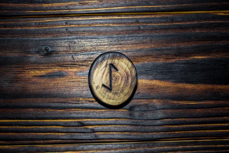 Rune Eihwaz Eihaz van hout op een houten achtergrond wordt gesneden die stock afbeeldingen
