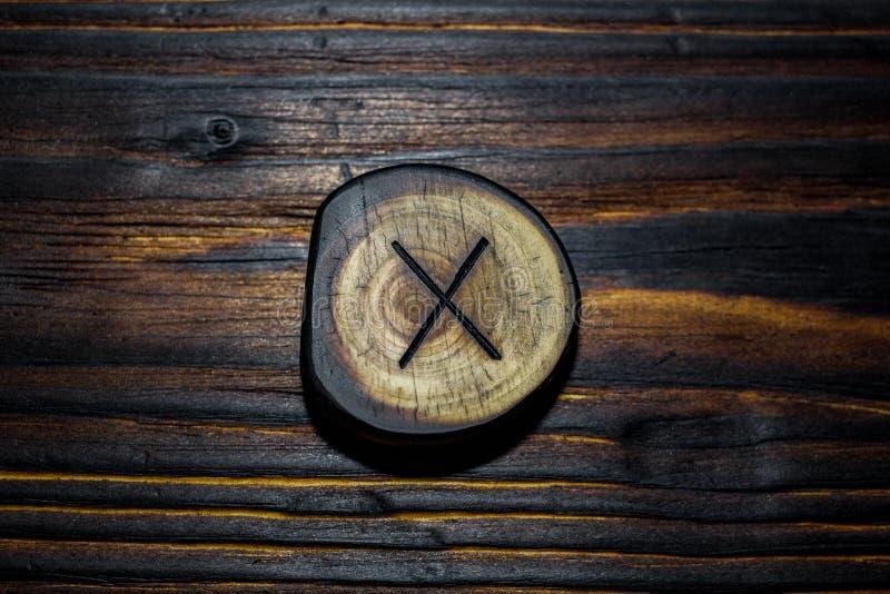 Rune Gyfu Gebo van hout op een houten achtergrond wordt gesneden die royalty-vrije stock afbeelding