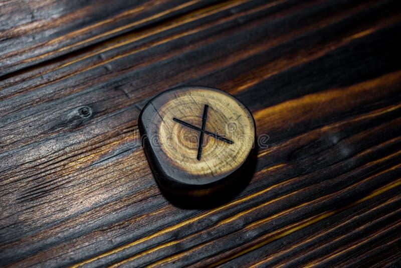 Rune Gyfu Gebo van hout op een houten achtergrond wordt gesneden die stock afbeelding