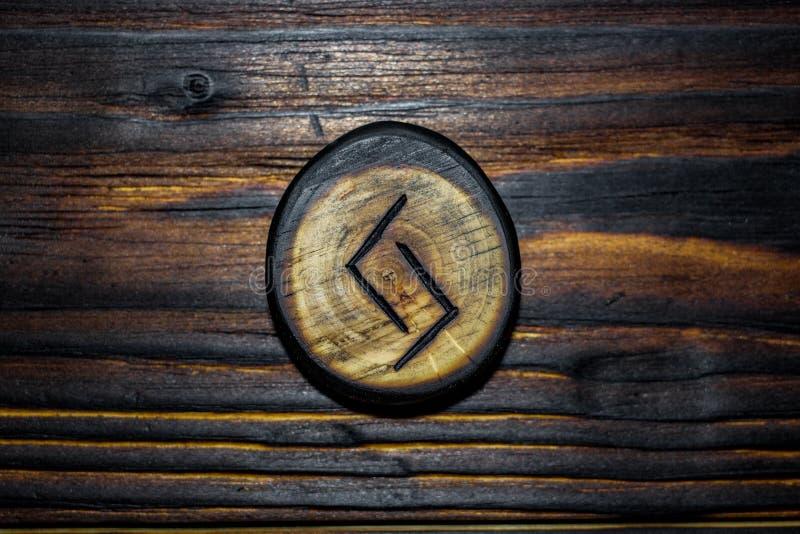 Rune Jera Jeran, Jeraz schnitzte vom Holz auf einem hölzernen Hintergrund lizenzfreie stockfotografie