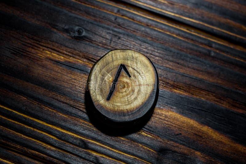 Rune Laguz Laukaz, Lagu schnitzte vom Holz auf einem hölzernen Hintergrund stockfotos
