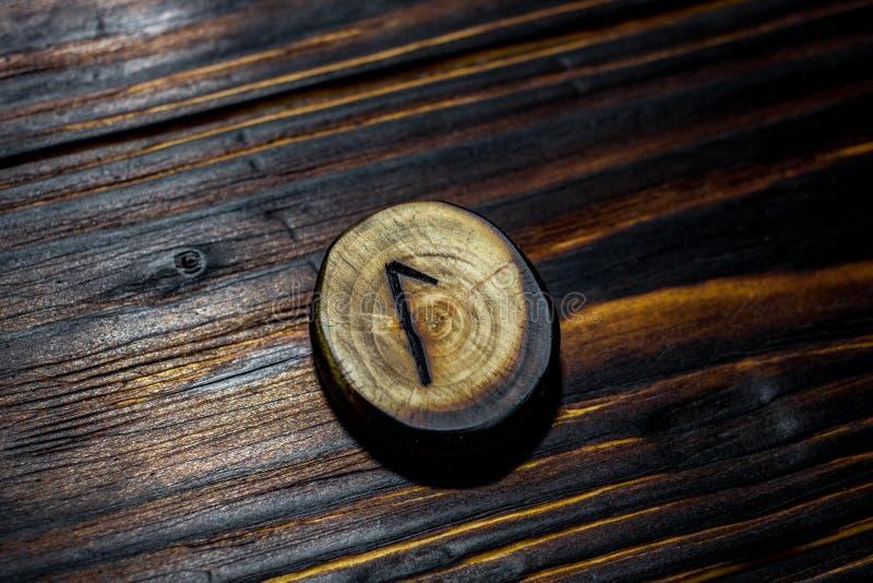 Rune Laguz Laukaz, Lagu van hout op een houten achtergrond wordt gesneden die royalty-vrije stock foto