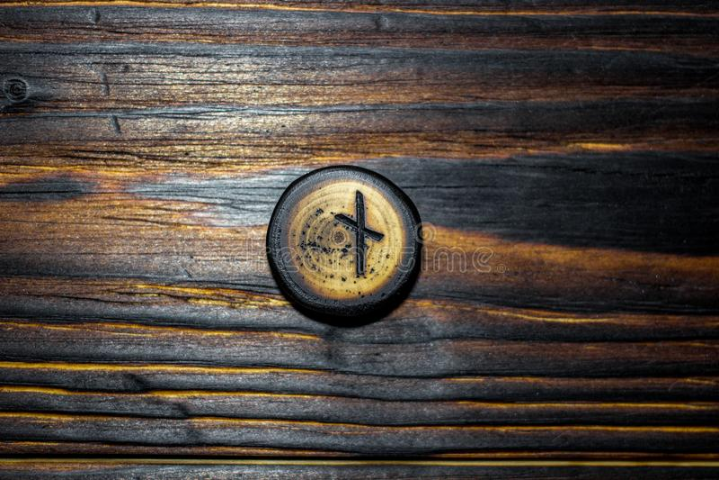 Rune Naudiz a découpé du bois sur un fond en bois photo libre de droits