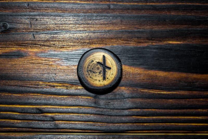 Rune Naudiz schnitzte vom Holz auf einem hölzernen Hintergrund lizenzfreies stockfoto