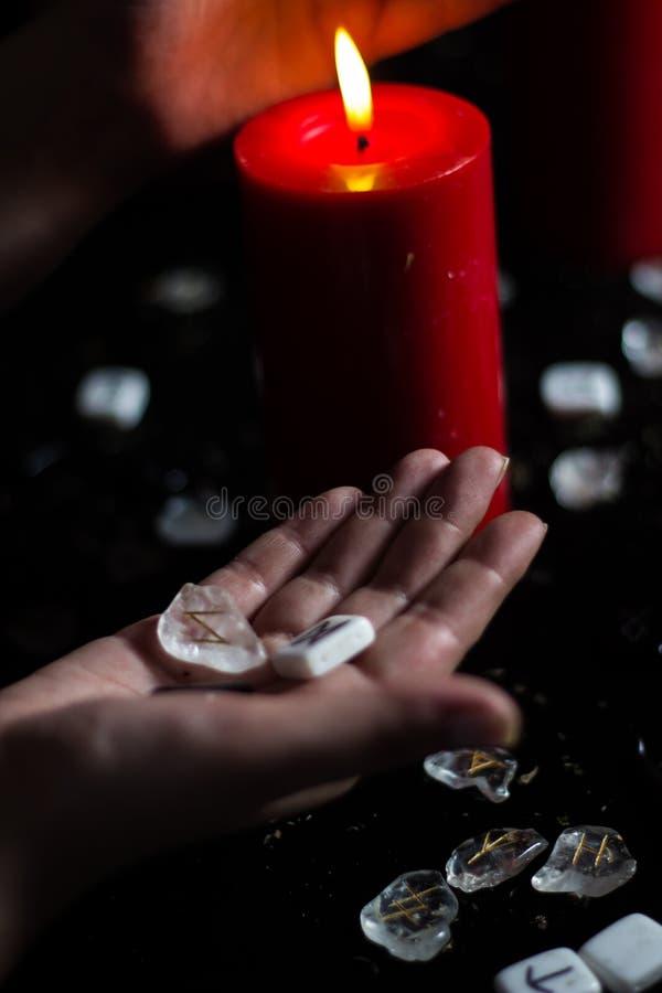 Rune nella mano della strega immagini stock libere da diritti