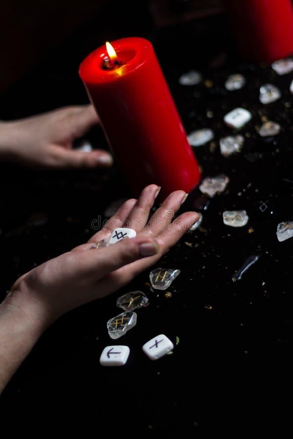 Rune nella mano della strega immagine stock